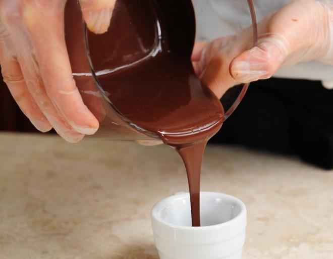 Горячий шоколад разливают